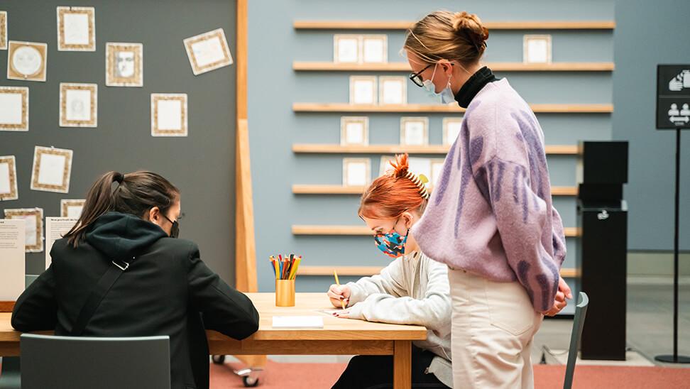 Meisjes maken kunstwerk tijdens de expo 'jong geleerd'
