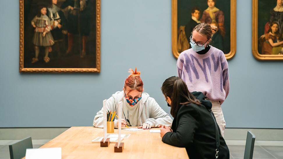 Meisje maakt kunstwerk tijdens de expo 'jong geleerd'