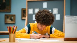 Jongen maakt kunstwerk tijdens de expo 'jong geleerd'