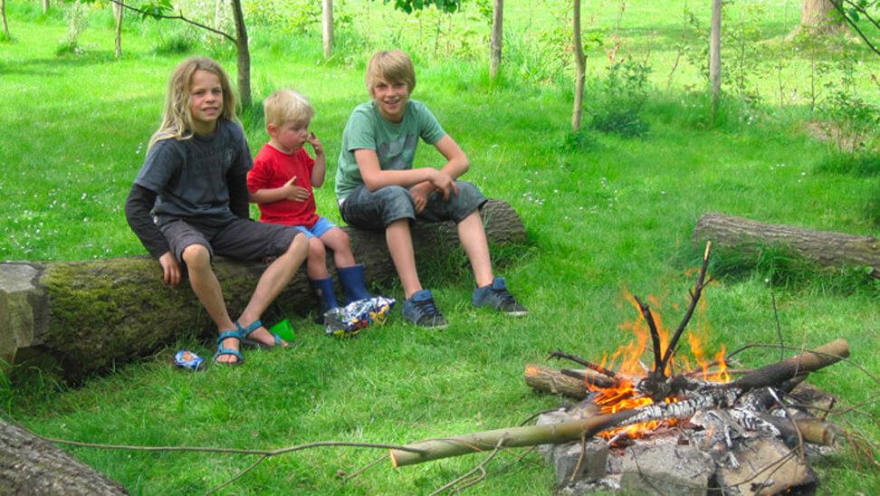 Kinderen bij een kampvuur