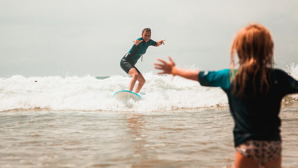 Kinderen aan het surfen