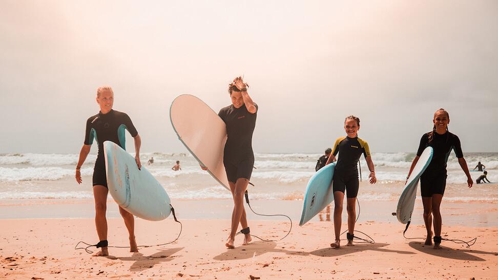 Jongeren met surfplank
