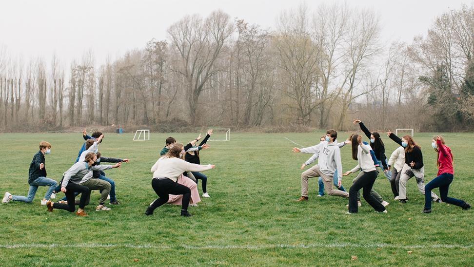 Leerlingen spelen op een voetbalplein