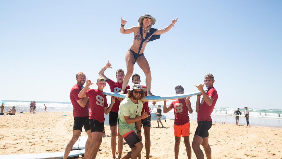 Jongeren op surfkamp