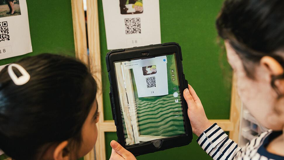 Leerlingen scannen een QR-code met een tablet