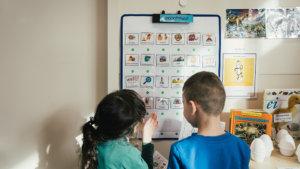 2 leerlingen voor de woordmuur