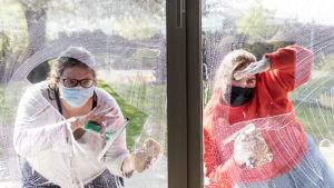 Ouders spelen theater aan een raam