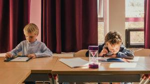 Leerlingen aan de slag met actieve werkvormen: een partnerdictee en rekenen met flitskaartjes