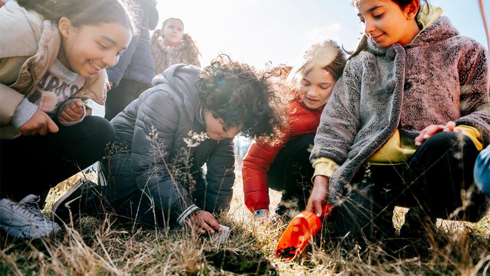 Kinderen planten wensen en bloemzaadjes
