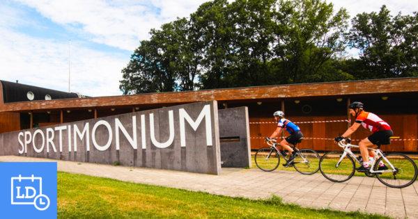 Fietsers bij het gebouw van Sportimonium