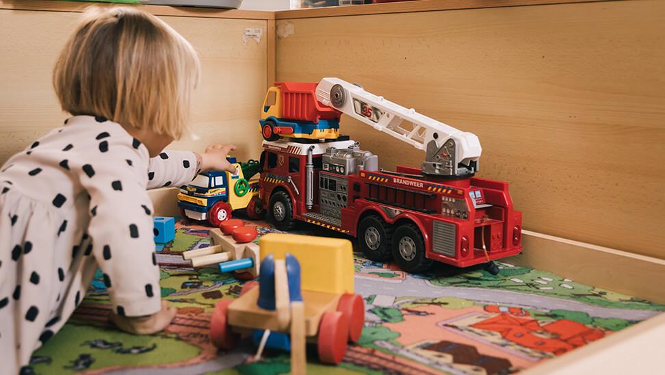 kind aan het spelen met brandweerwagen