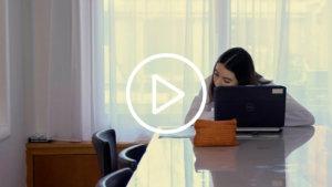 meisje aan een laptop