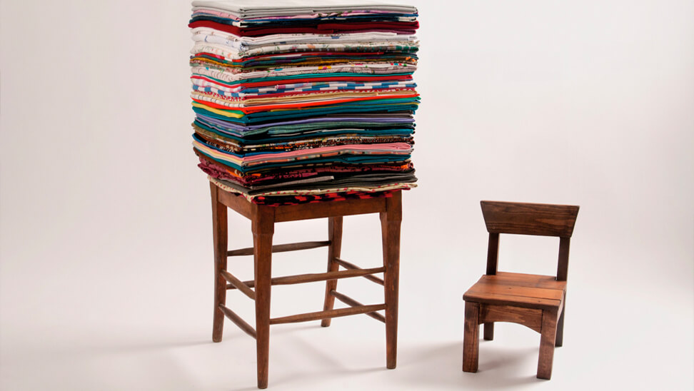 Rangement ordinaire, 2013, Deux chaises en bois et tissus pliés