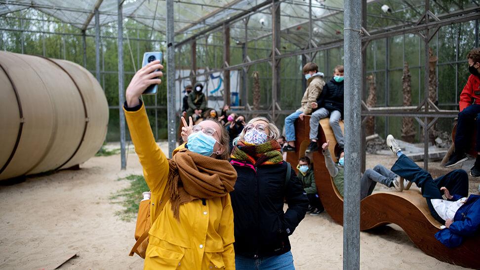 Meisjes nemen een selfie in verbeke foundation
