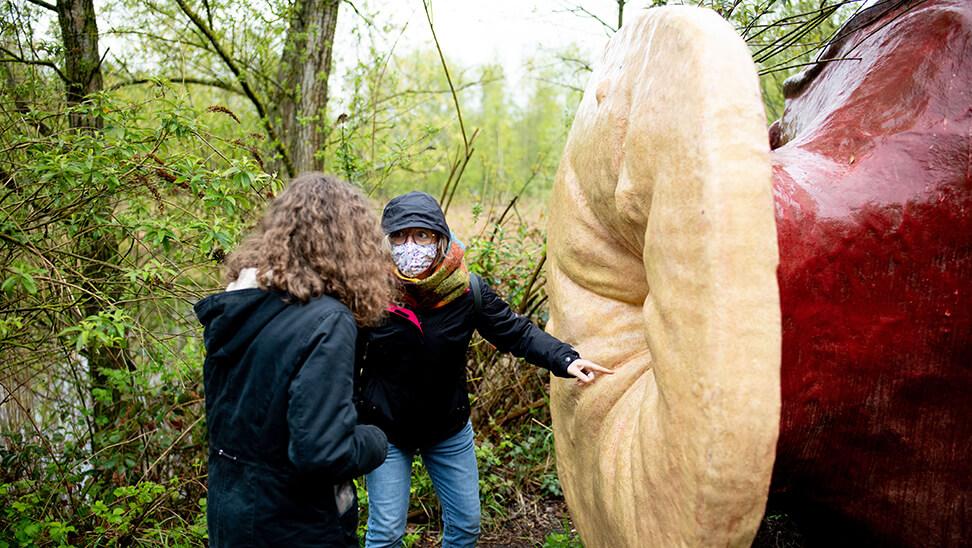 2 meisjes bij een kunstwerk in verbeke foundation