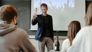 blogger Karel Willem Delrue heft het glas
