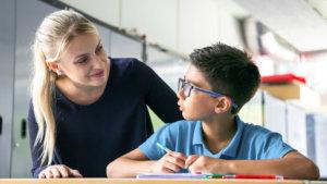 Leraar begeleidt leerling individueel