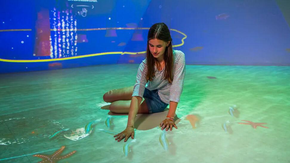 Meisje op de expo 'zeekracht'