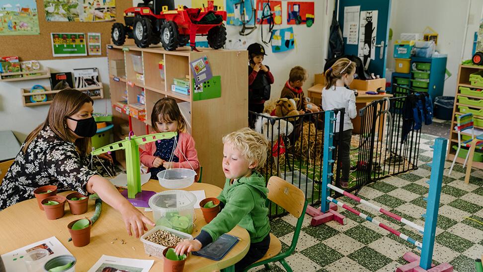 Leraar Corine met haar kleuters in de klas