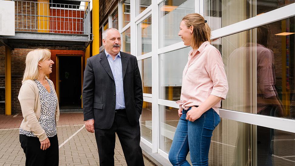 Directeur Patrick De Smet en leraren Danielle Brondeel en Celine Everaert