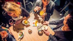 mensen rond een tafel