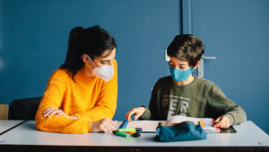 hoogbegaafdheidscoördinator Kim De Quick met een leerling
