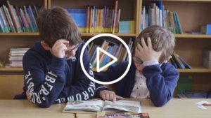 2 leerlingen aan het lezen in een boek
