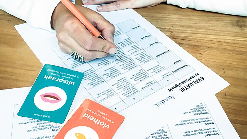 Leraar vult evaluatie in rekeninghoudend met jokerkaarten